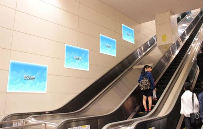 羽田空港 ポスター広告(第2ターミナル地下エスカレーター脇)